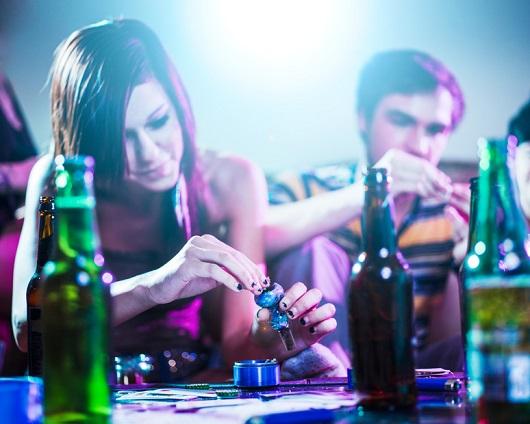 Jugendliche auf einer Party